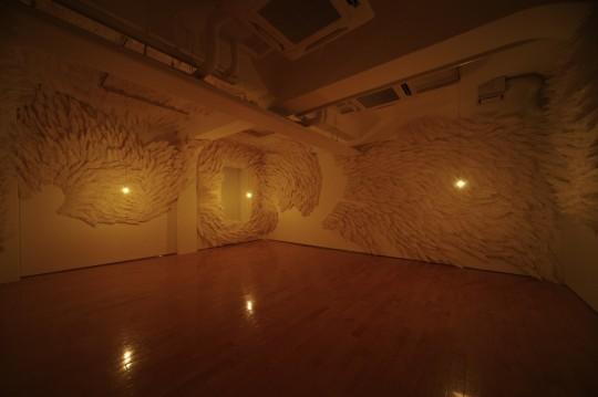 「静かな部屋、うたうまで」 2014年 / w24,000×h3,300×d200mm / 紙 Tokyo Experimental Festival vol.09,トーキョーワンダーサイト本郷 ©Tokyo Wonder Site Photo : Kenji Takahashi